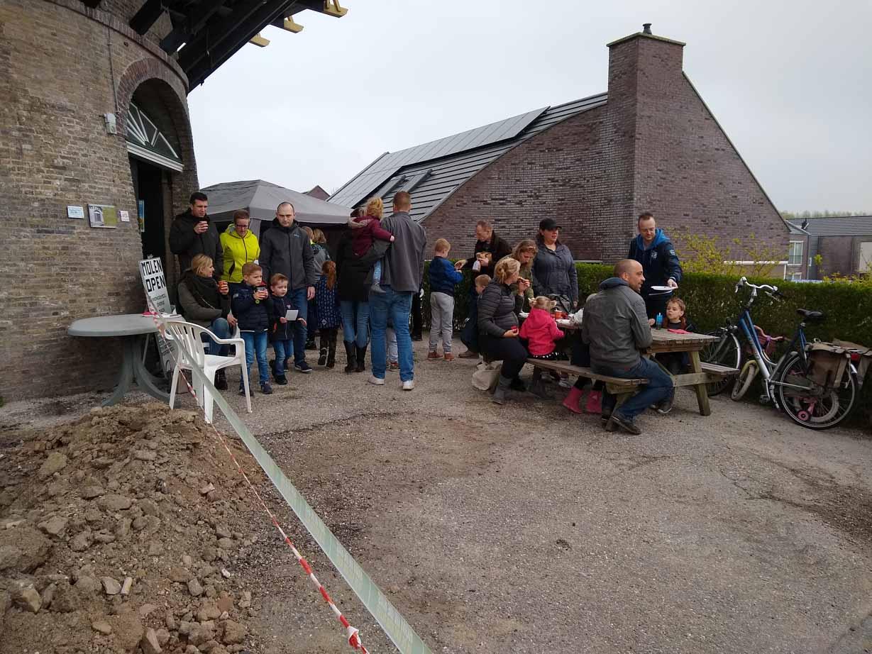 Bezoekers op het geimproviseerde terras