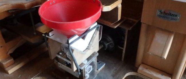 Gereviseerde pletmachine met scharnierende trechter