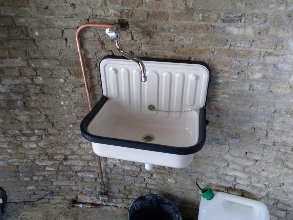 Waterkraan en wasbak geplaatst