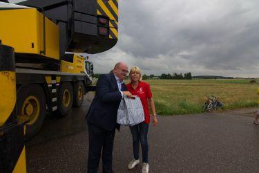 Dhr. Leo Endedijk krijgt een tas molenproducten overhandigd van Stichting Molenbehoud Nissewaard